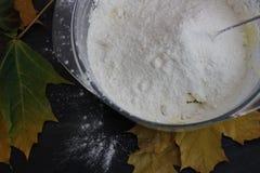 Cottura stagionale Grafico a torta di zucca Farina nella ciotola Preparazioni per la cottura, tempo di autunno immagini stock