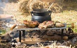 Cottura tradizionale del fuoco di accampamento Immagine Stock