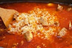 Cottura tradizionale del pilaf dell'Uzbeco del piatto Immagini Stock Libere da Diritti