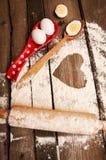 Cottura, uova, farina, tuffatore in cucina rurale sulla tavola di legno d'annata immagini stock libere da diritti