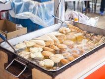 Cottura a vapore degli gnocchi di Oden, l'alimento giapponese famoso fotografia stock
