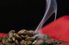 Cottura a vapore dei chicchi di caffè Fotografia Stock