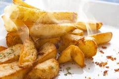 Cottura a vapore dei chip di recente cucinati Fotografia Stock