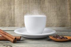 Cottura a vapore del caffè caldo della tazza Fotografie Stock Libere da Diritti