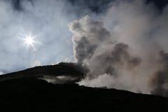 Cottura a vapore del vulcano Etna in sole della Sicilia di mattina Fotografia Stock