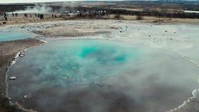 Cottura a vapore della sorgente di acqua calda in Islanda archivi video