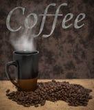 Cottura a vapore la tazza del coffe e dei chicchi di caffè arrostiti Immagini Stock