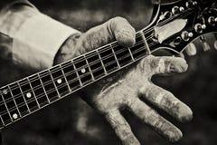 Cou de fixation de personne d'une mandoline Image stock