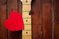 Cou de guitare avec le coeur rouge Photographie stock