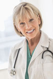 Cou femelle de docteur With Stethoscope Around dans l'hôpital Photographie stock libre de droits