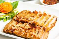 Cou grillé de porc servi avec de la sauce épicée images stock