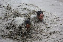 Cou profondément dans la boue