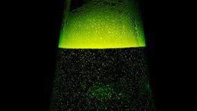 Cou vert de bouteille avec beaucoup de bulles Images libres de droits