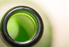 Cou vert de bouteille en verre fin Photographie stock