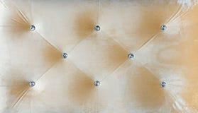 Couach-typ velourscreed som läggas in med bergkristaller Beige chesterfieldsoffastil vadderade upp stoppningbakgrundslut stock illustrationer