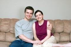 couch couple horizontal hugging Στοκ Φωτογραφία