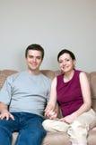 couch couple smiling vertical Στοκ φωτογραφία με δικαίωμα ελεύθερης χρήσης