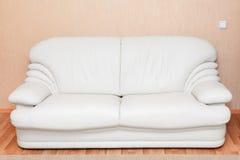 Couch des weißen Leders im Rauminnenraum lizenzfreie stockbilder