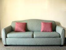 Couch in einem Wohnzimmer Stockfotos