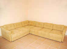 Couch in empty room Royalty Free Stock Photography