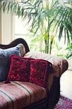 Couch mit Kissen Stockfotos