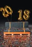 Couch mit Konfettis und Ballonen des neuen Jahres Stockfotos
