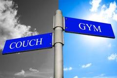 Couch und Gymnastik Signpost stockfoto