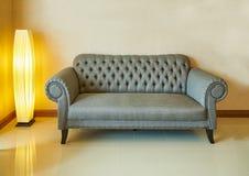 Couch- und Lampenlicht Lizenzfreie Stockfotos
