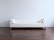 Couch, zum einer unbelegten Wand gegenüberzustellen Stockfotografie