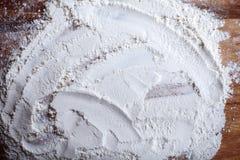 Couche de farine avec le modèle chaotique sur la planche à découper Images stock