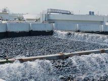 Couche filtrante d'écoulement sur une installation de traitement des eaux usées  images stock