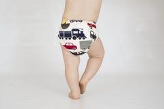 Couche réutilisable de port de tissu de bébé garçon images libres de droits