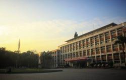 Coucher de soleil avec le bâtiment, approprié comme papier peint, lumière d'or du soleil photographie stock libre de droits