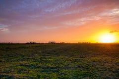 coucher de soleil D'or-jaune et ciel nuageux coloré au-dessus nouvellement d'un m photos libres de droits