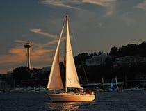Coucher de soleil reflété dans des voiles de ce voilier Photo libre de droits