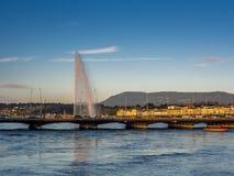 Coucher du soleil à Genève avec la vue du jet d'eau Image stock