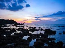 Coucher du soleil à l'île de Koh Bulone, plage de Panka Yai Photographie stock