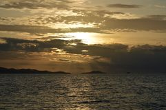Coucher du soleil à l'île Fidji de générosité image stock