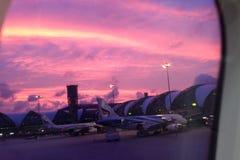 Coucher du soleil à l'aéroport Image libre de droits