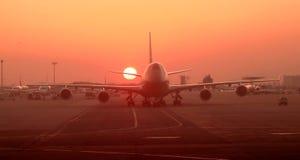 Coucher du soleil à l'aéroport, avion sur la piste Photographie stock