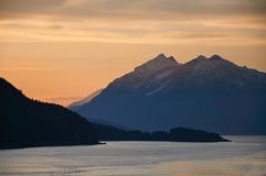 Coucher du soleil à l'arrière-plan de montagne Photo stock
