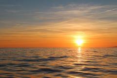 Coucher du soleil à l'arrière-plan des nuages Photo stock