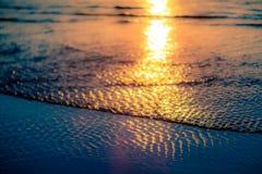 Coucher du soleil à l'eau images stock