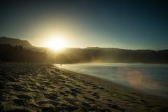 Coucher du soleil à la baie de Hanalei, Kauai Images stock
