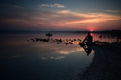 Coucher du soleil à la baie du village de Kazashko, Varna Photos libres de droits