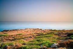 Coucher du soleil à la côte de Crète, Grèce. Photo stock