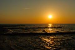 Coucher du soleil à la côte baltique Image stock