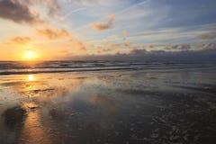 Coucher du soleil à la côte de la Mer du Nord photo stock