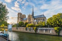 Coucher du soleil à la cathédrale de Notre Dame à Paris, France Image stock
