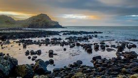Coucher du soleil à la chaussée géante, Irlande du Nord, Royaume-Uni Photographie stock